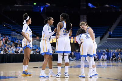 The Bruins confer at a timeout. Photo by Zyaire Porter/T.G.Sportstv1.