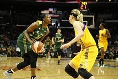 Jewell Loyd is defended by Sydney Wiese. Photo by Maria Noble/Women's Hoops World.