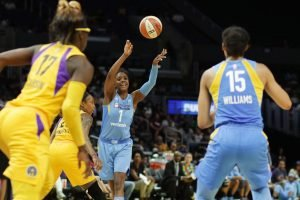 Diamond DeShields passes. Photo by Maria Noble/WomensHoopsWorld.