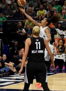 Skylar Diggins-Smith drives and scores in front of Elena Delle Donne. Maggi Stivers/WomensHoopsWorld.