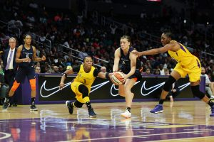 Rachel Banham is defended by Odyssey Sims and Nneka Ogwumike. Maria Noble/WomensHoopsWorld.