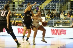 Taya Reimer drives to the basket for Fixi Piramis Torino. Photo by Belen Sivori.
