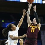 Robbi Ryan shoots over Charisma Osborne. Maria Noble/WomensHoopsWorld.