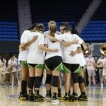 Oregon huddles before tipoff. Maria Noble/WomensHoopsWorld.