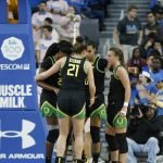 Oregon huddles during the game. Maria Noble/WomensHoopsWorld.