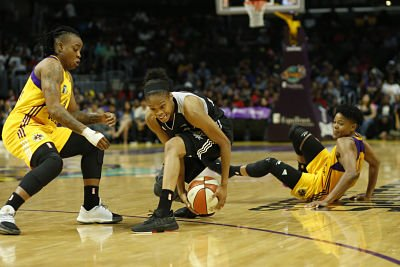 Moriah Jefferson retains ball possession. Photo by Maria Noble, WomensHoopsWorld.