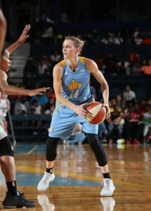 Allie Quigley debates her passing options. Photo by Gary Dineen/NBAE via Getty Images.
