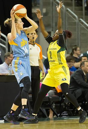 Allie Quigley negotiates over defensive pressure from Alexis Peterson. Quigley finished with a team-high 25 points for the Sky. Photo by Neil Enns/Storm Photos.