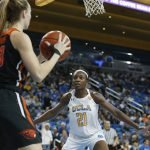 Jasmine Simmons is defended by Michaela Onyenwere. Maria Noble/WomensHoopsWorld.